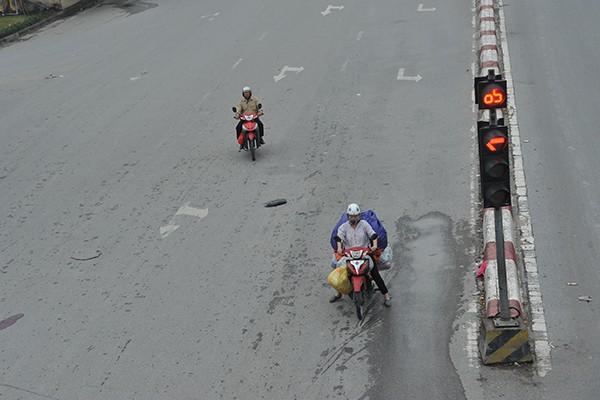 Dừng đèn đỏ trên phố Trường Chinh.