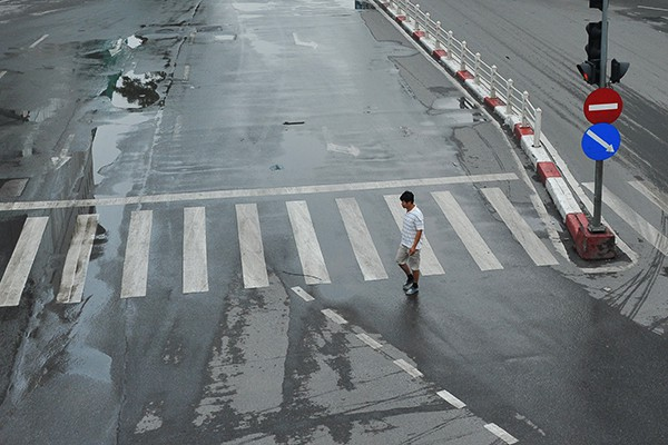 Người đi bộ thoải mái, ung dung qua đường.