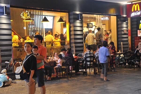 Các quán ăn uống nằm trong tuyến phố đi bộ luôn đông kín khách.