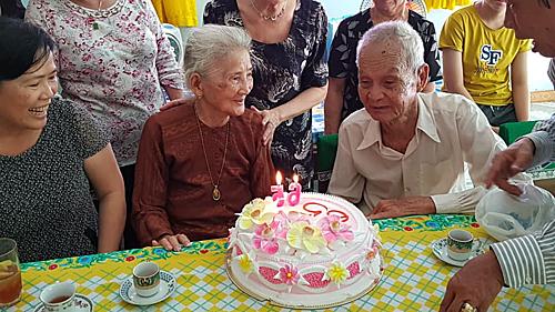 Con cháu hai bên tổ chức cho cha mẹ cuộc gặp gỡ sau 65 năm xa cách. Ảnh: Mỹ Duyên.