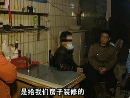 Chồng Tiểu Dư (áo đen) đang thanh minh vụ việc với hàng xóm