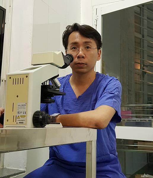Bác sĩ Việt chuẩn bị cho một ca phẫu thuật tìm tinh trùng. Ảnh: Nhân vật cung cấp