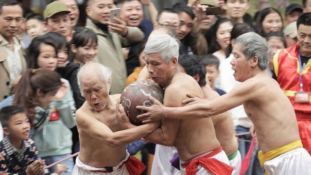 Các cụ già ở làng Thúy Lĩnh (Lĩnh Nam, Hoàng Mai, Hà Nội) tham gia hội vật cầu cổ truyền tại sân đình vào ngày mùng 4, 5 và 6 tháng Giêng hàng năm. Ảnh: Minh Nguyễn