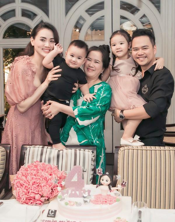 Diễn viên Scandal: Hào quang trở lại cùng ông xã và hai con hiện sống ở Hà Nội với mẹ chồng. Trang Nhung thỉnh thoảng vào Sài Gòn công tác hoặc thăm người thân, bạn bè.