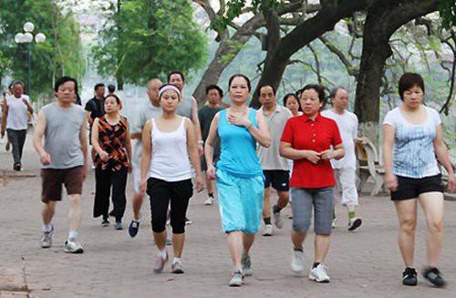 Đi bộ là hình thức rèn luyện,giữ gìn sức khoẻ phù hợp với nhiều người