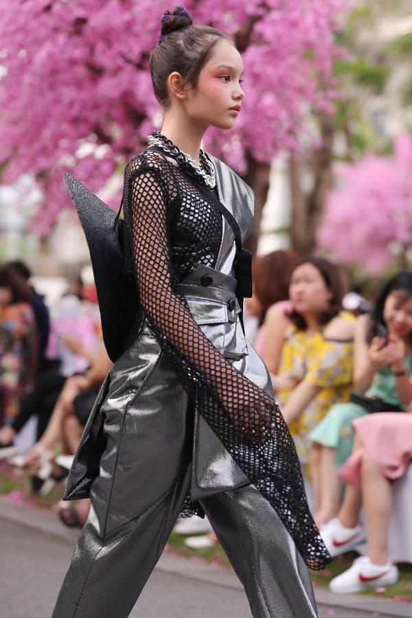 Với kinh nghiệm bản thân, Alex tự tin catwalk trong những bộ trang phục có phong cách từ thướt tha đến cá tính.