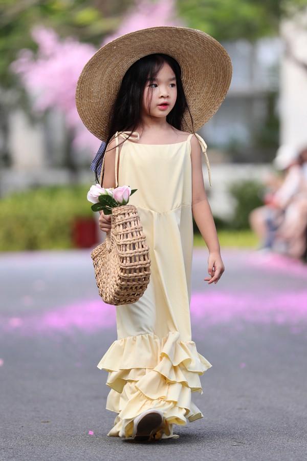 Bé Thỏ - con gái Xuân Lan làm vedette của bộ sưu tập lấy cảm hứng từ những tông màu mùa hè nhiệt đới.
