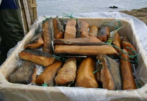 Thịt cá mập thối: Còn được gọi là Hákarl, thịt cá mập thối ở Iceland thuộc vào nhóm các món ăn đặc sản của nước này. Thịt cá mập sẽ được chôn trong hố cát từ 6-12 tuần. Sau đó, người dân nơi đây sẽ đào lên và hong khô từ 6-12 tuần. Nhiều du khách từng thưởng thức món ăn này nói rằng chúng có mùi rất khó ngửi, đến nỗi không thể nào quên được. Ảnh: Pinterest.