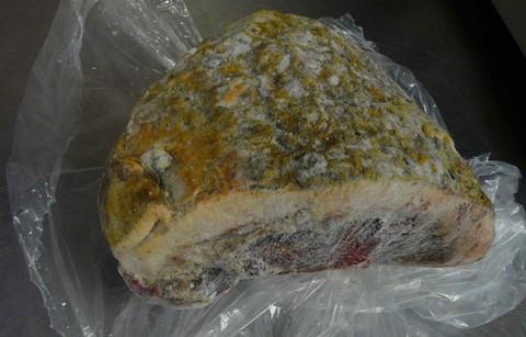 Thịt nướng chôn đất: Người Inui ở Alaska gọi món thịt nướng chôn đất là Igunaq. Tại đây, món ăn này được chế biến bằng cách đem nướng rồi cắt nhỏ thành nhiều miếng, chôn sâu xuống khoảng đất trong vài tháng. Miếng thịt sẽ lên men vào mùa thu rồi đóng băng vào mùa đông. Ảnh: Insolite News.