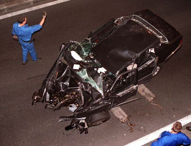 Chiếc xe chở Công nương Diana biến dạng hoàn toàn sau vụ tai nạn thảm khốc.