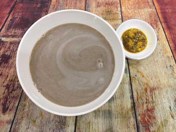 - Bước 3: Cua rửa sạch, bóc bỏ mai. Phần thịt cua cho vào máy xay hoặc giã lọc lấy nước. Lấy tăm khều phần gạch cua. Đặt nồi nước cua lên bếp.