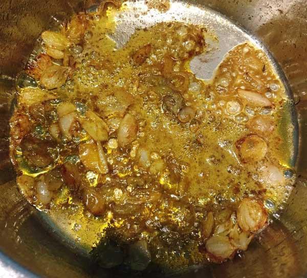 - Bước 4: Phi thơm hành khô với dầu ăn, cho gạch cua vào đảo đều để lấy màu rồi cho vào nồi nước cua.