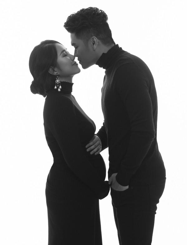 Khoảnh khắc tình tứ của vợ chồng Lê Phương - Trung Kiên trước ống kính.