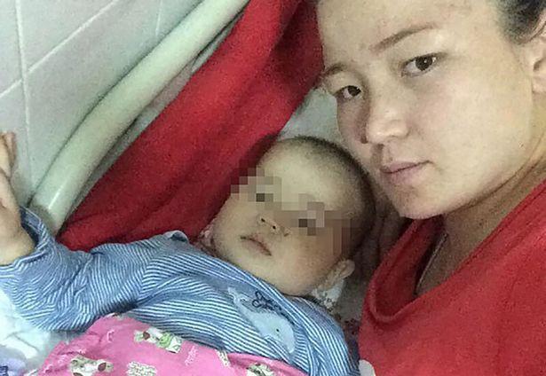 Nurislam và mẹ của mình (Nguồn: East2west-news)