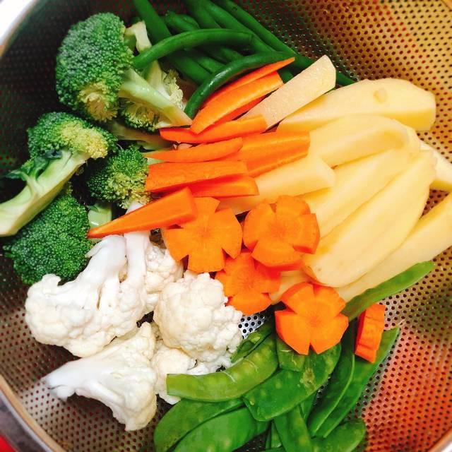 Nấu sôi nước cho một muỗng cafe muối vào, rồi cho khoai tây và cà rốt vào trước, luộc tầm 7 phút, sau đó cho súp lơ và đậu cô ve, đậu Hà Lan vào luộc chín vừa, đừng để lâu sẽ không ngon đâu.
