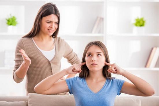 Thay vì cấm đoán con yêu sớm, cha mẹ cần gần gũi con cái và lắng nghe tâm sự của con.