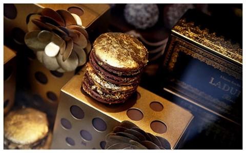 Marni-Laduree Macarons ( 100 USD ): Năm 2009, một cửa hàng bánh ngọt có trụ sở tại Paris, Ladurée, đã cùng thương hiệu Marni tạo ra món ăn độc đáo, kết hợp giữa ẩm thực và thời trang. Kết quả là bánh ngọt Marni-Laduree Macarons nổi tiếng ra đời. Để thêm phần xa hoa, những người sáng tạo đã quyết định phủ từng chiếc bánh macaron bằng tấm vàng mỏng quý giá có thể ăn được.
