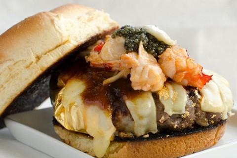 Douche Burger ( 666 USD ): Nếu sẵn sàng bỏ ra 666 USD từ ví của mình, bạn có thể thử Douche Burger đắt giá. Món ăn này được làm từ các loại bánh mì thông thường, thịt bò Kobe hảo hạng, phô mai Gruyere nhập khẩu, sốt BBQ đặc biệt, đá muối từ Hy Mã Lạp Sơn, trứng cá muối, gan ngỗng, tôm hùm và nấm cục. Ngoài ra, lá vàng được sử dụng như một nguyên liệu đặc biệt cho món ăn này.