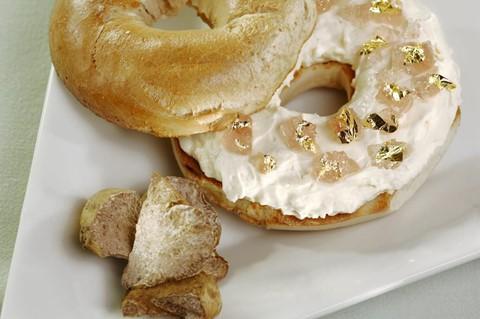 Bánh mì ( 1.000 USD ): Đầu bếp của khách sạn Westin Frank, Tujague, đã biến chiếc bánh mì tròn bình thường ở thành phố New York thành một thực phẩm mang đẳng cấp khác. Sau khi thêm vào một số nguyên xa xỉ vào, để tạo độ hào nhoáng, Tujague gắn thêm những chiếc lá bằng vàng lấp lánh lên bánh.