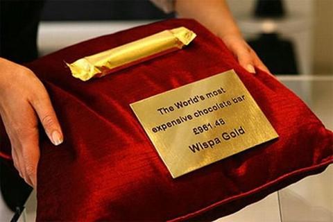 Cadbury Wispa ( 1.600 USD ): Thanh chocolte Cadbury Wispa từng ngừng sản xuất vào năm 2003. Tuy nhiên, bởi yêu cầu của nhiều khách hàng, Cadbury đã quyết định tạo ra một phiên bản vàng, theo đúng nghĩa đen. Theo đó, thanh chocolate sẽ được bọc trong giấy gói bằng vàng trước khi đến tay thực khách.