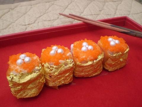 Sushi Guinness ( 1.800 USD ): Sushi là một món ăn không thể thiếu trong ẩm thực Nhật Bản, được hầu hết mọi người yêu thích. Đầu bếp người Philippines đã quyết định thêm một chút chạm vàng vào thực phẩm này. Món ăn được làm từ gạo Nhật Bản, cá hồi hồng Na Uy, hải sâm, xoài, gan ngỗng, cua, nghệ tây và bơ. Điều đặc biệt hơn cả là nguyên liệu ngọc trai, kim cương Palawan và lớp vàng mỏng phía ngoài.