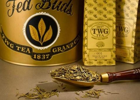 Chè trà vàng TWG ( 3.000 USD /100 gram): Trà có lẽ là một trong những đồ uống lâu đời nhất trong quá trình lịch sử của loài người. Hầu như mọi ngóc ngách trên thế giới đều có phiên bản riêng của thức uống dễ chịu và êm dịu này. Nhưng TWG, một nhà sản xuất trà có trụ sở tại Singapore, đã quyết định trao cho trà tiêu chuẩn vàng khi công ty bắt đầu cung cấp chồi trà vàng. Các búp trà được thu hoạch bằng kéo vàng và sau đó được sơn bằng vàng 24 karat.
