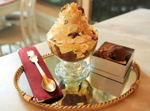 Serendipity 3 Frrrozen ( 25.000 USD ): Được Guinness công nhận là món tráng miệng đắt nhất từ trước đến nay, tác phẩm tinh xảo này sử dụng một chiếc cốc pha lê với vòng đeo tay bằng vàng và kim cương trắng 18 karat. Bên trong, chiếc cốc được lót bằng lá vàng ăn được 23 cara, sau đó là chocolate nóng lạnh nổi tiếng thế giới.