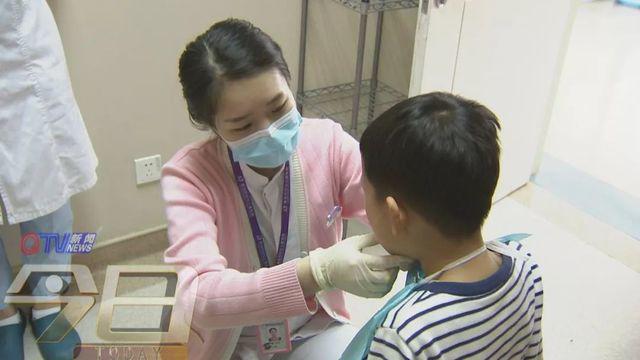 Cho trẻ khám răng miệng định kỳ.