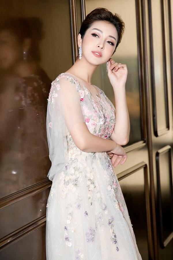 Hoa hậu châu Á tại Mỹ 2007 Jennifer Phạm ngất xỉu khi đang dẫn chương trình.