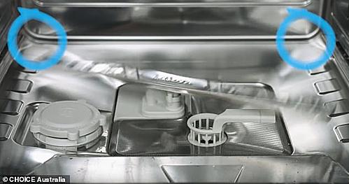 Cánh tay phun nước đôi khi có thể bỏ sót các góc máy rửa bát, nên bát đũa xếp ở rìa máy sẽ được làm sạch ít nhất. Ảnh: Choice Australia.