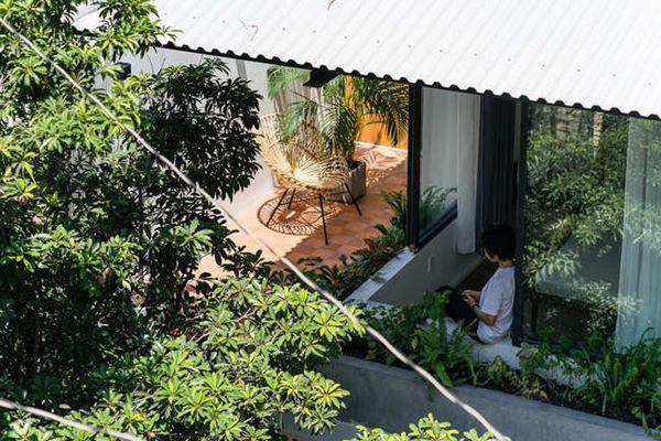 Ngôi nhà mang lại cảm giác yên tĩnh nhờ vị trí tránh xa đô thị và thoáng đãng nhờ khoảng sân rộng