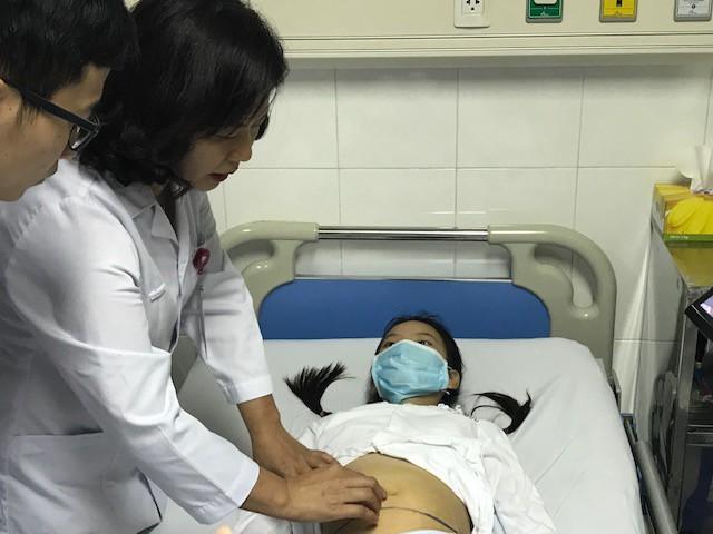 TS. BS Nguyễn Việt Hoa thăm khám lại cho bệnh nhân C. trước lúc chuẩn bị phẫu thuật
