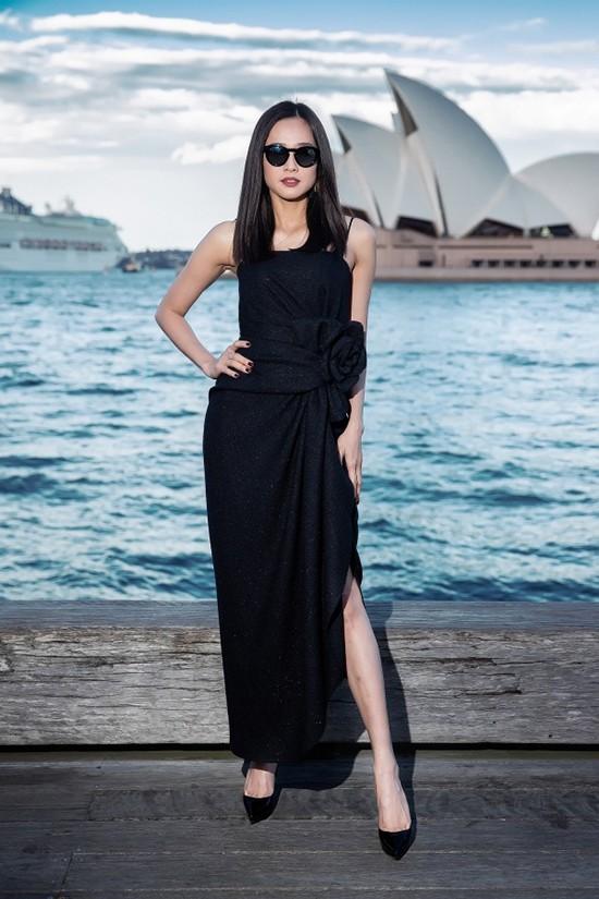 Đầm hai dây vạt xéo, trang trí hoa 3D là trang phục được Dương Mỹ Linh lựa chọn để đi xem show.