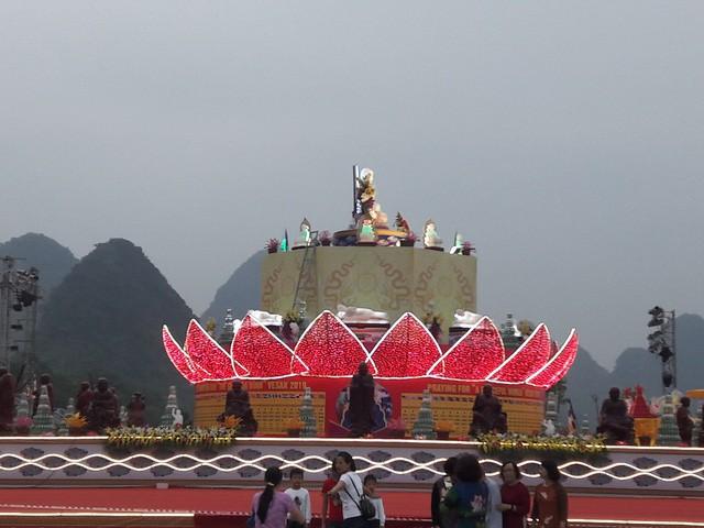 3 phía lễ đài - nơi sẽ diễn ra nghi lễ tắm Phật được trang hoàng lộng lẫy, uy nghiêm. Ban đêm, ánh đèn led càng thêm rực rỡ, huyền ảo.