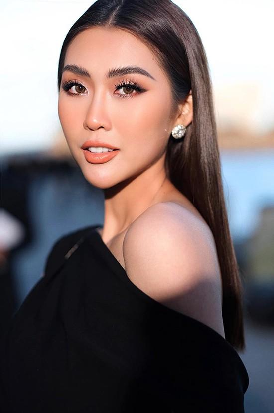 Tường Linh chọn đầm lệch vai để hoe vẻ đẹp quyến rũ và lợi thế hình thể khi đến cổ vũ Đỗ Mạnh Cường lần đầu tổ chức show diễn tại Australia.
