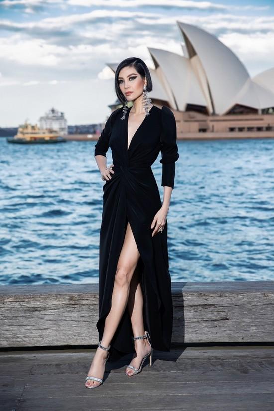 Cựu siêu mẫu Vũ Cẩm Nhung lại thể hiện sự cá tính và sexy với thiết kế váy nhung đen đi kèm chi tiết xẻ chân váy cao.