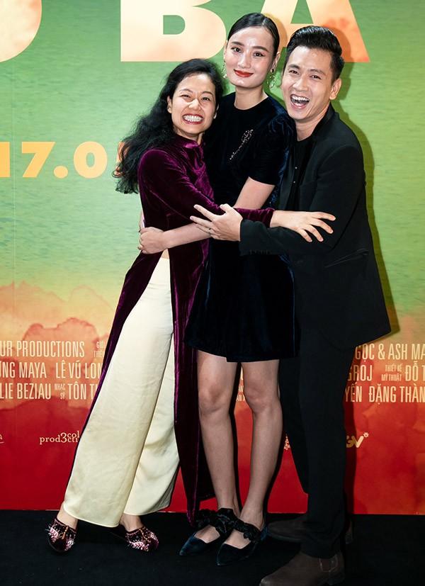 Lê Thúy và ông xã Đỗ An vui mừng hội ngộ diễn viên Trần Nữ Yên Khê tại buổi công chiếu phim điện ảnh Vợ ba.