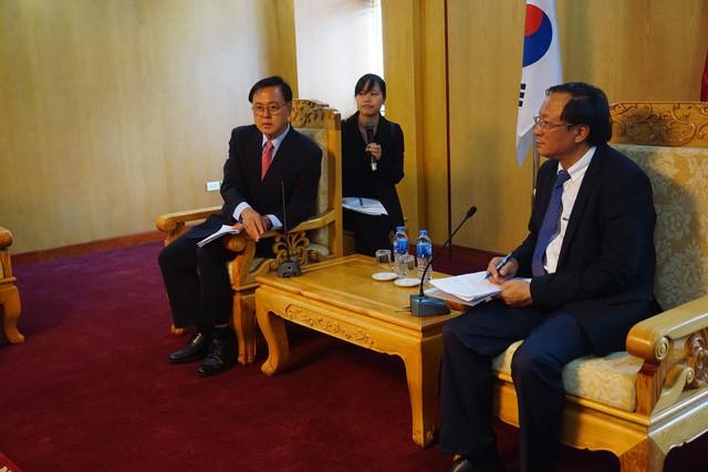Ông Nguyễn Doãn Tú, Tổng Cục trưởng Tổng cục Dân số (bên trái) tiếp đón ông Lee Myoung Su, Chủ tịch Ủy ban Y tế và Phúc lợi, Quốc hội Cộng hòa Hàn Quốc. Ảnh: PV