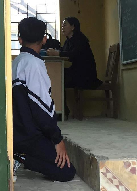 Hình ảnh nam sinh quỳ gối trong lớp học gây nhiều tranh luận trên mạng xã hội.