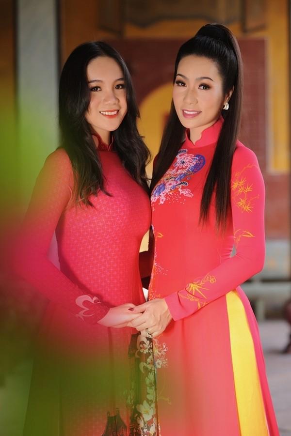 Võ Trịnh Khánh Ngân sinh năm 2002, là con gái đầu của NSƯT - Á hậu Trịnh Kim Chi và đang học lớp 11 chuyên Văn của một trường quốc tế tại TP HCM.
