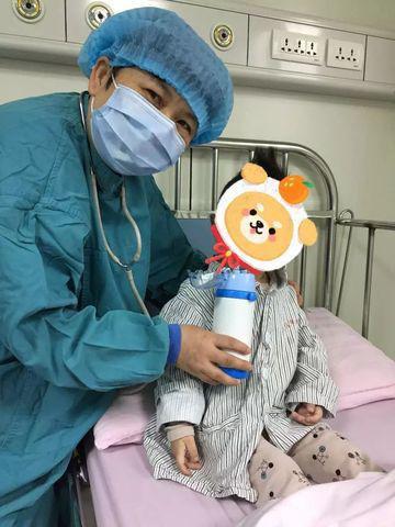 Tiểu Hoan trong lần xạ trị nhỏ tại Bệnh viện Phụ nữ và trẻ em thành phố Ninh Ba