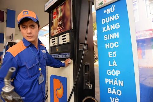 Nhân viên chuẩn bị bơm xăng E5 RON 92 cho khách hàng tại một đại lý thuộc Petrolimex. Ảnh: Hữu Khoa.