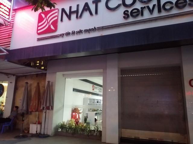 Trung tâm bảo hành Nhật Cường Mobile tại C4 Giảng Võ vẫn mở một ô cửa hẹp vào chiều 10/5