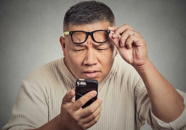 Lượng đường huyết trong máu dao động thất thường từ cao xuống thấp khiến dịch lỏng tiết ra ngoài và tràn vào mắt.