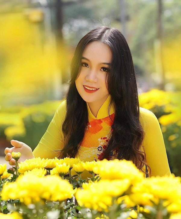 Suốt 10 năm liền, Khánh Ngân giữ vững danh hiệu học sinh giỏi, yêu thích môn Ngữ văn, Địa lý và Vật lý. Hiện tại, cô dành toàn thời gian cho việc học văn hóa, tập trung trau dồi ngoại ngữ trong kỳ nghỉ hè sắp tới.