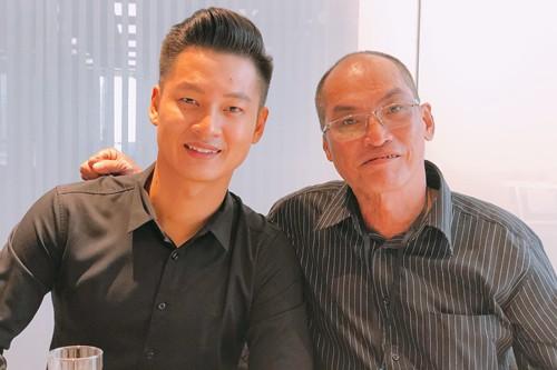 Ca sĩ Đức Tuấn và con trai của nhạc sĩ Trần Thiện Thanh. Ảnh: TL