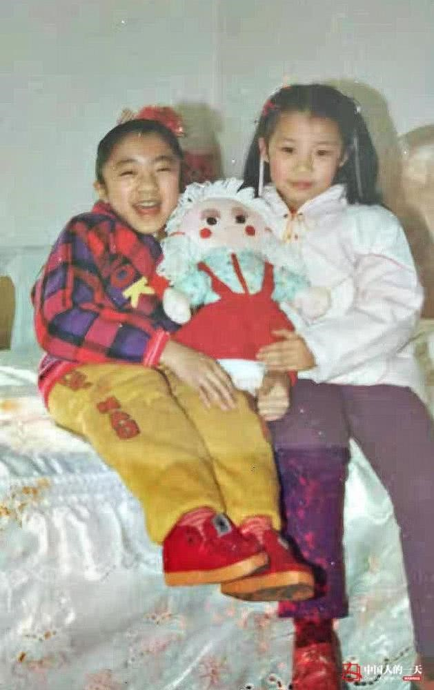 Hà Kiện (bên trái) cùng em gái