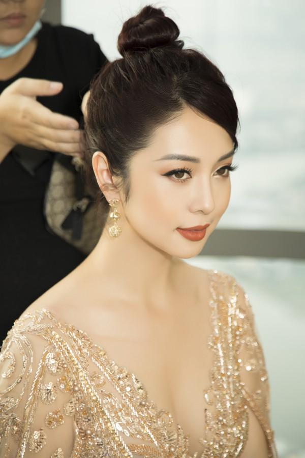 Jennifer Phạm che vết khâu trên trán bằng tóc.