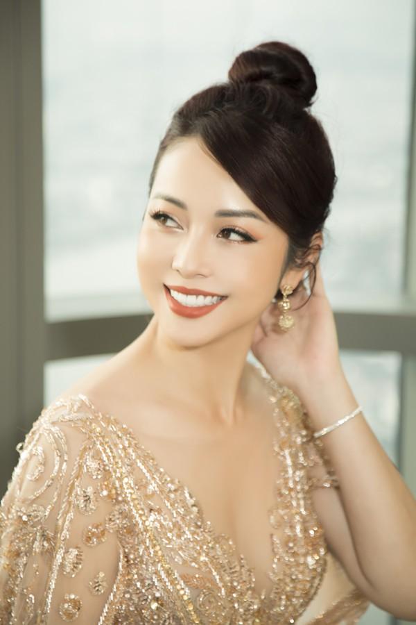 Dù mới xảy ra tai nạn khiến bản thân bị ngất trên sân khấu nhưng Jennifer Phạm vẫn giữ được thần thái tươi tắn.