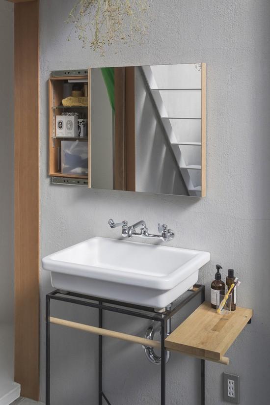 Phòng vệ sinh mang phong cách tối giản như đa số các ngôi nhà Nhật.